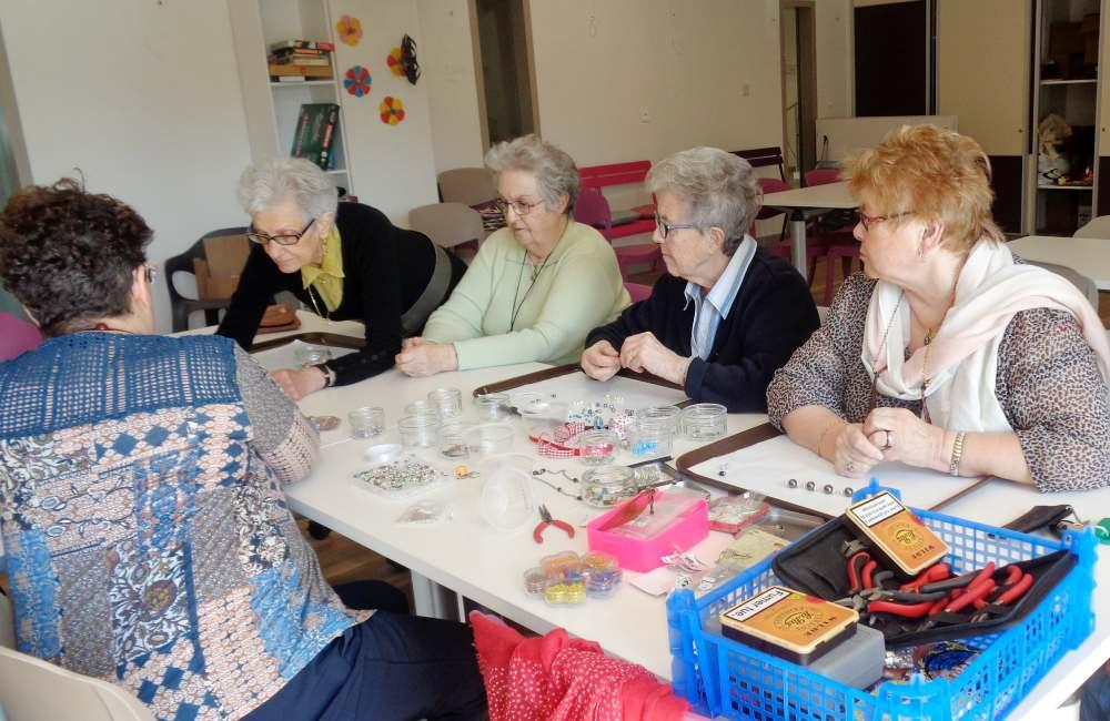 Les résidents ont appris à créer des bijoux et des accessoires grâce à Béatrice Rivassou, passionnée par la création manuelle de bijoux depuis plus de dix ans. Elle a aidé les seniors à confectionner des colliers, des bracelets, des bagues ou encore des boucles d'oreilles. Ils présenteront leurs créations lors de l'élection de « Miss Senior » à Saint-Avé le 18 mai prochain.