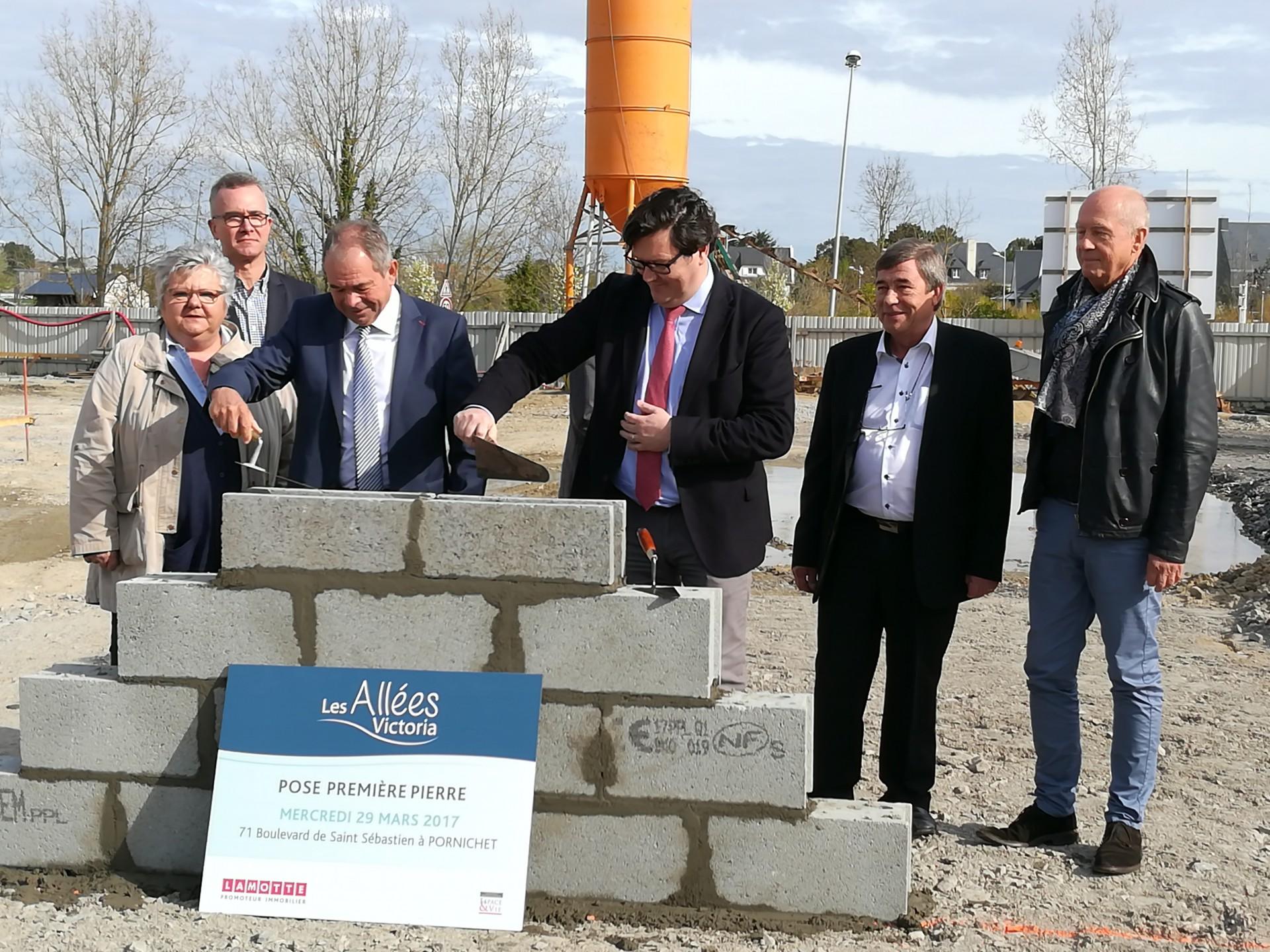 MM.Maura, Pelleteur et Guillet installent la première pierre avec l'aide experte de M.Gimbert, l'architecte du projet.
