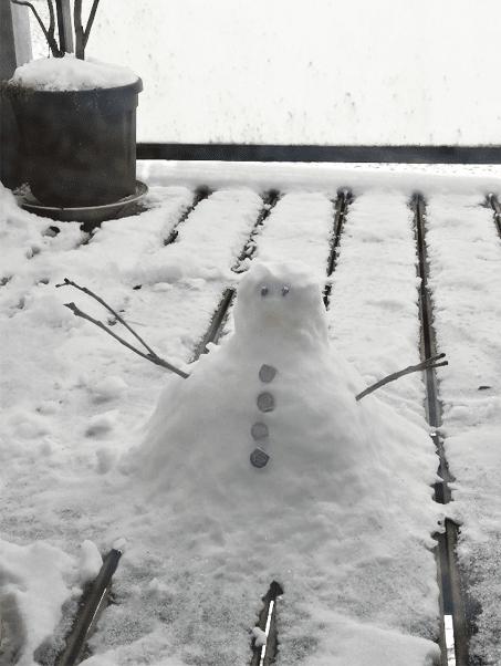 Bonhomme de neige sur un balcon